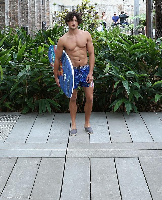 Na és most érkezik a műmájer szörfös a divatbemutatón