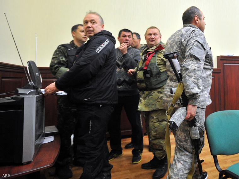Az oroszpárti tüntetők vezetői egy sajtótájékoztató előtt, április 11-én