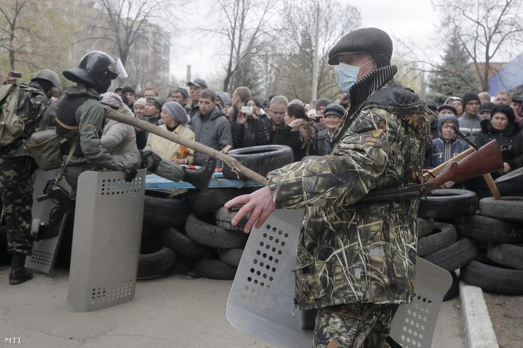 Fegyveres oroszbarát aktivisták barikádot építenek Szlovjanszk rendőrkapitánysága előtt
