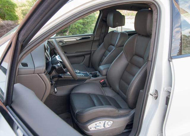 Kinézetre és beülésre is tiszta Porsche-ülések. A kormány függőlegesebb, az üléshelyzet alacsonyabb, mint a többi SUV-ban