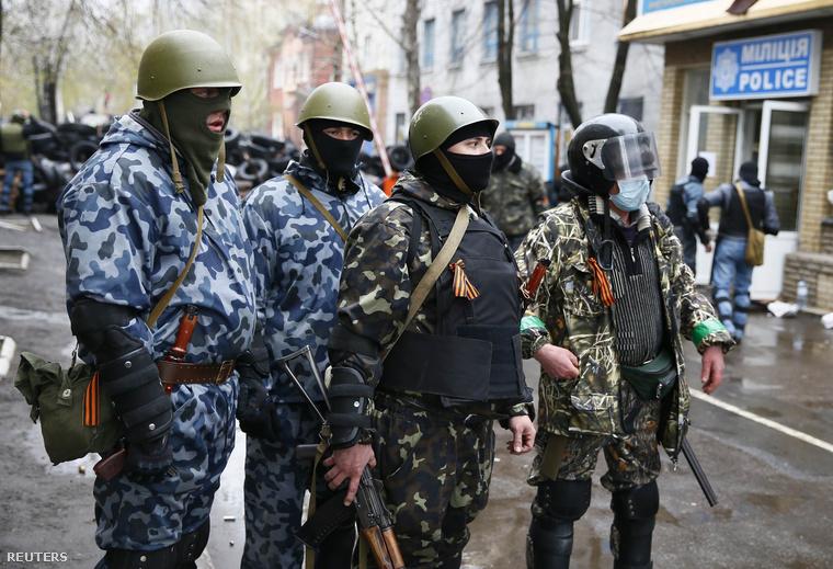 Az épületet elfoglaló egyenruhás tüntők négyszáz fegyvert szereztek