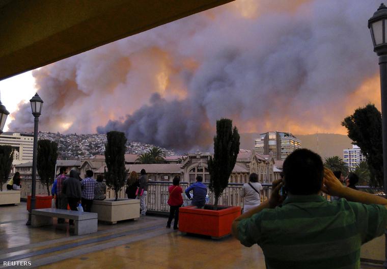 Tovább tombol a tűzvész a Chile középső részén fekvő Valparaiso városában, ahol vasárnap éjjelig több mint kétezer ház vált a lángok martalékává, és több mint tízezer embert kellett kitelepíteni.