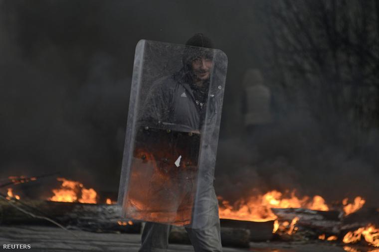 Vasárnap délután kezdődött tűzharc az épület körül, amikor az ukrán rohamrendőrök megpróbálták visszafoglalni az épületet.