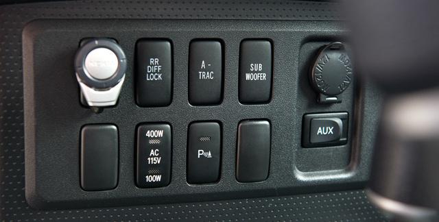 Az autó legjellemzőbb részlete: egymás mellett kapcsolhatjuk a kipörgésgátlót és a mélynyomót