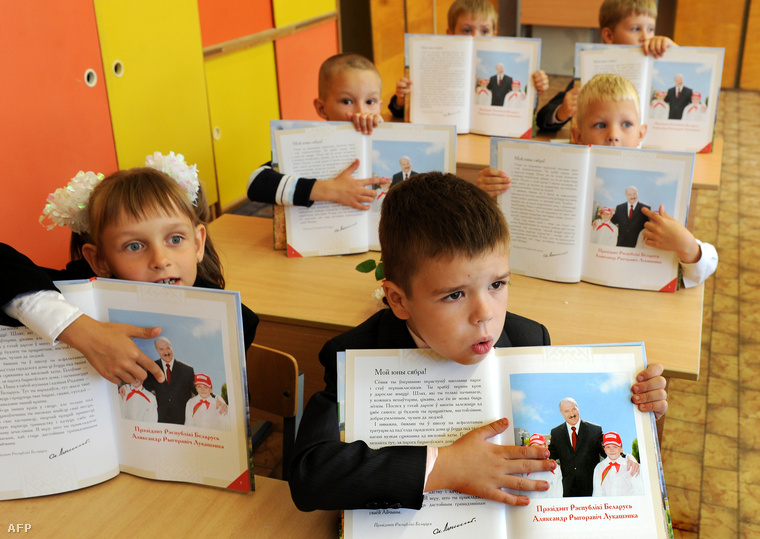 Fehérorosz gyerekek, Lukasenko képével díszített állami tankönyvekkel.