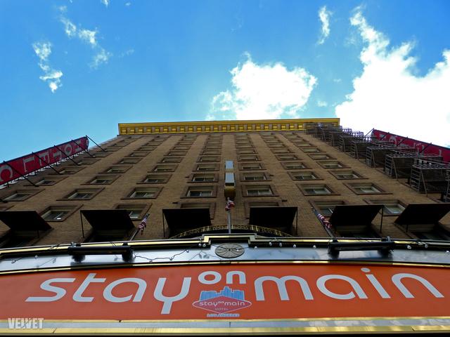 A Los Angeles-i szállodát ma Stay On Mainnek hívják, ez olvasható a bejárat feletti, óriási táblán is. Nevét onnan kapta, hogy a South Main Streeten áll.