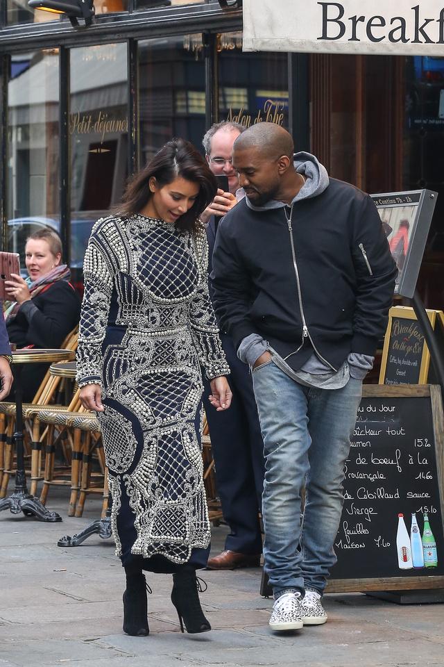 Kim Kardashian és Kanye West hétfőn Párizsban vásárolgatott.