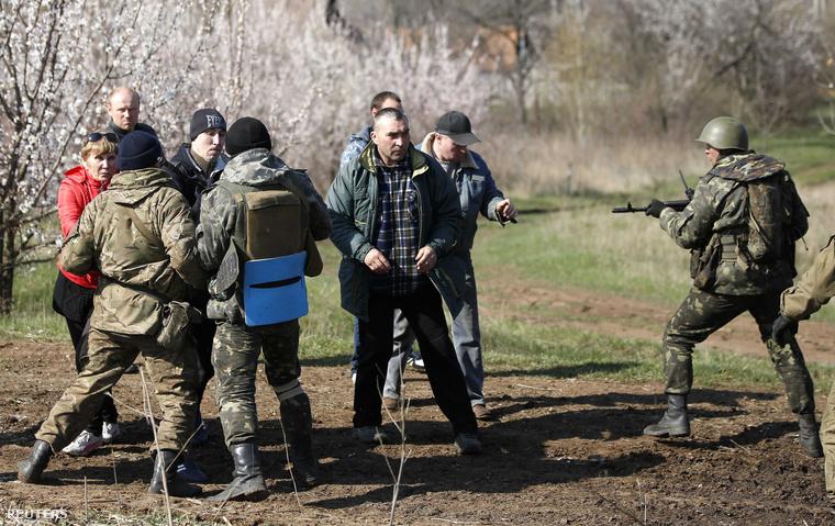 Ukrán katonák oroszpárti tüntetőket tartóztatnak fel egy mezőn, Kramatorszk mellett