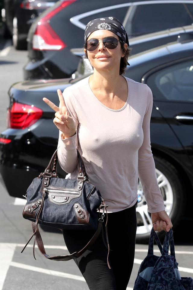 Lisa Rinna Los Angeles külsőn, edzésre siet