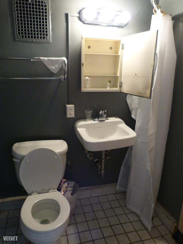 A képünkön nyitva látható fürdőszobaszekrény (amely csukott állapotban tükör) hátuljára valaki, vagy valakik hosszú üzenetet karcoltak fel. Hosszasan nézegettük, és egyáltalán nem sikerült megfejteni. Viszont lefotóztuk önöknek, hátha ügyesebbek nálunk.