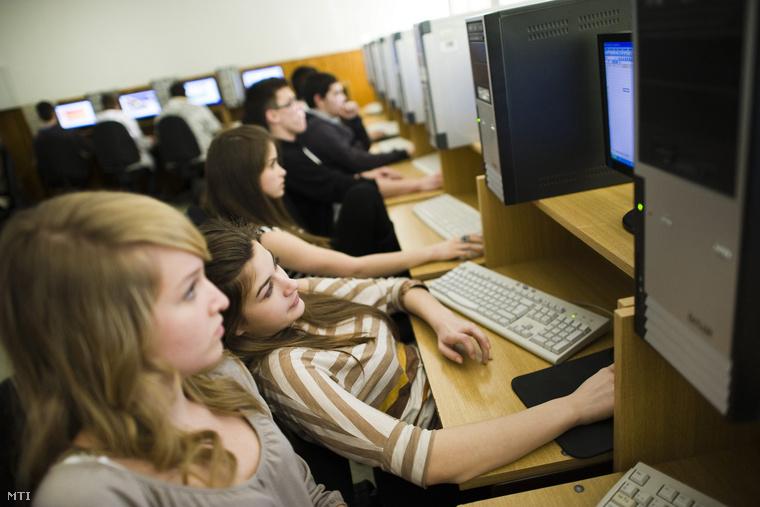 Tizedikes diákok informatikaórán a nyíregyházi Krúdy Gyula Gimnáziumban, 2012. január 12-én.