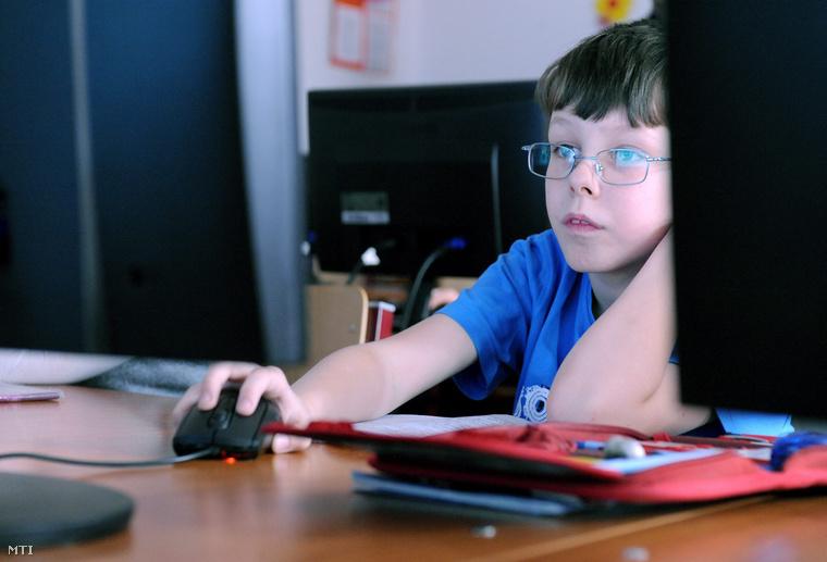 A nádudvari Kövy Sándor Általános Iskolában 2011. második félévétőlinteraktív táblák és 100 új számítógép segíti a tanítást.