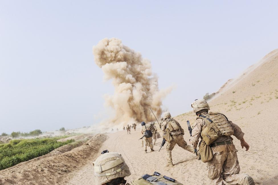 """A motoros lassan hajtott el mellettük, szúrós szemmel nézte a járőröket, akiknek feltűnt, hogy az árokból is őket figyelik. Pár perc múlva egy házi készítésű bomba robbant a tengerészgyalogosok közt, több embert eltakart a füst, de nem halt meg senki, és komoly sérülés sem történt. """"Azért robbant fel a bomba, mert nem állítottátok le őket!"""" – ordította a parancsnok a falu vénjeinek, miután átkeltek egy száraz öntözőcsatornán és beértek a legközelebbi településre. """"Hogy állítsunk le valamit, amiről nem is tudunk?"""" – válaszolták. A katonák az öregeket élő pajzsként használva vonultak tovább, de amikor Van Agtmael ezt is lefotózta, lefújták az őrjáratot."""