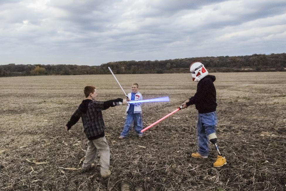 Raymond Hubbard a gyerekeivel, Bradyvel és Riley-val. Sérülése óta Raymond lelkes Star Wars-gyűjtő lett. A fényképet a veterán kérésére családi fotónak készítette Van Agtmael.
