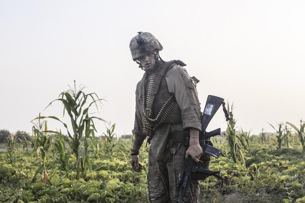 Amerikai tengerészgyalogos a tálibokkal folytatott tűzharc után Afganisztánban.