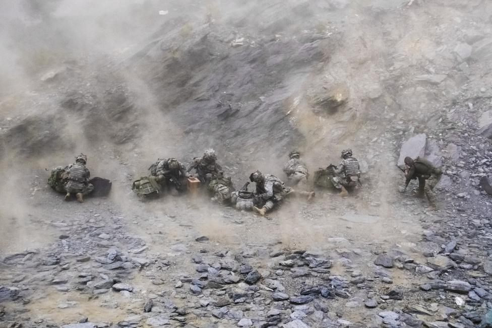 Amerikai Blackhawk helikopter érkezik a Ranch House amerikai előörsre a kelet-afganisztáni hegyek között. Az utak járhatatlanok, ezért a levegőben érkezik az utánpótlás. Amikor nem volt elég Blackhawk, az Egyesült Államok külső cégektől is bérelt helikoptereket, többek közt oroszokat, volt olyan pilóta, aki már az előző afganisztáni háborúban is harcolt – orosz oldalon. A nagy öregeket megbecsülik az amerikaiak, úgy tartják, nem ijednek meg semmitől, még attól sem, hogy menet közben vodkázzanak.
