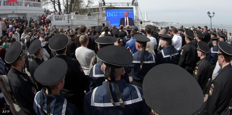 Szevasztopol főterén kivetítőkről nézték az élő adást a helyi lakosok és orosz haditengerészek