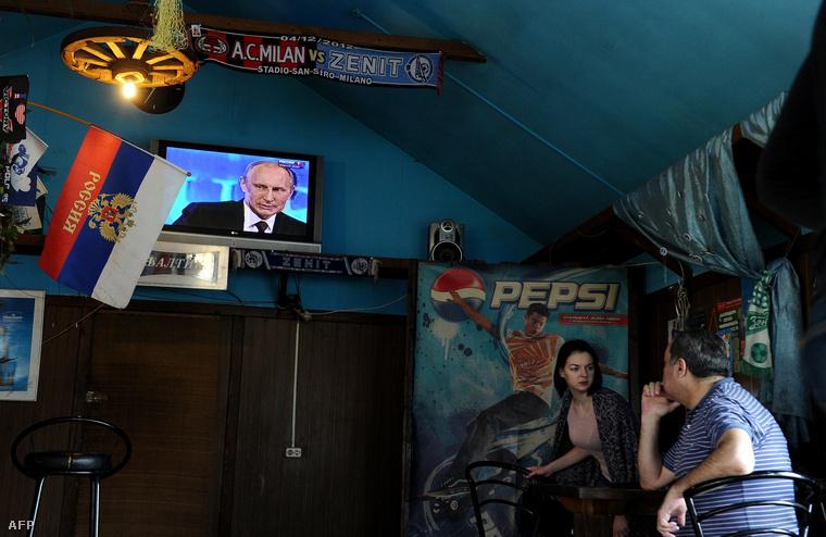 Az Egyenes Vonal című műsor közvetítését nézők egy szentpétervári kávézóban