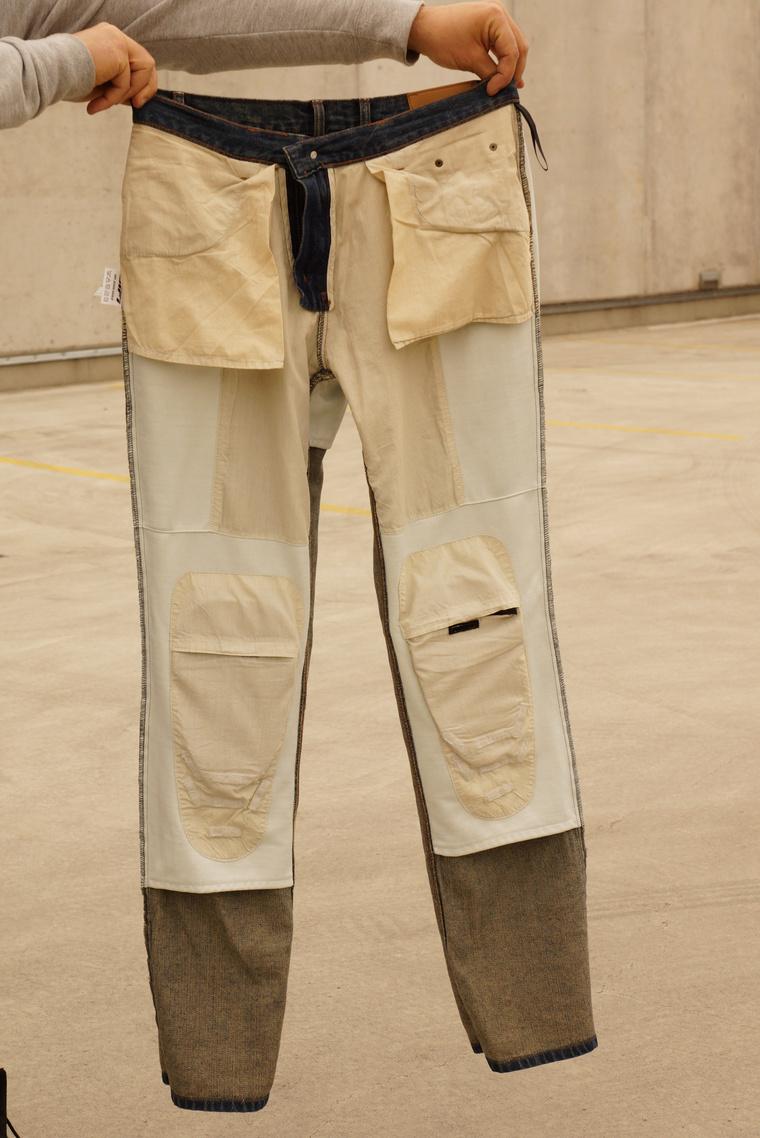 Így néz ki kifordítva a nadrág eleje. A bélés több funkciós: tartja a protektorokat és véd a mechanikus hatásoktól