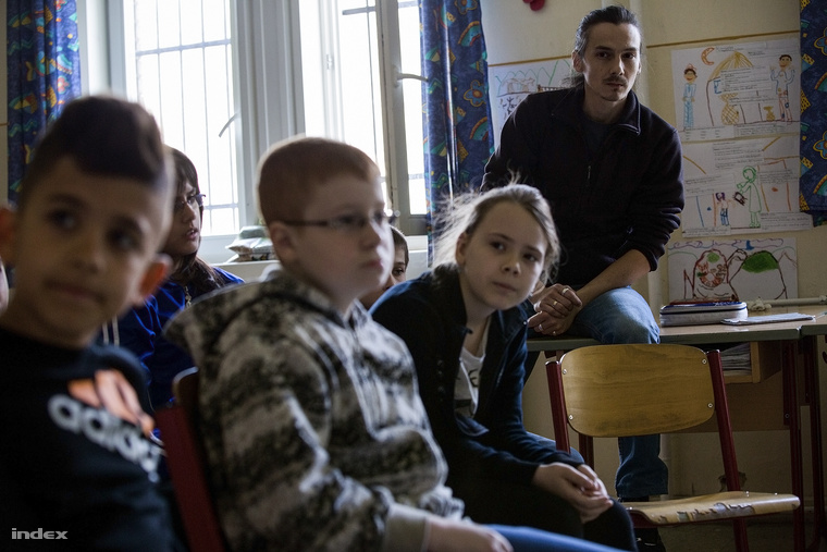 Szarka Csaba pantomimet tanít, azt mutatja meg a gyerekeknek, hogyan tudják magukat mozdulatokkal, arcjátékkal kifejezni.