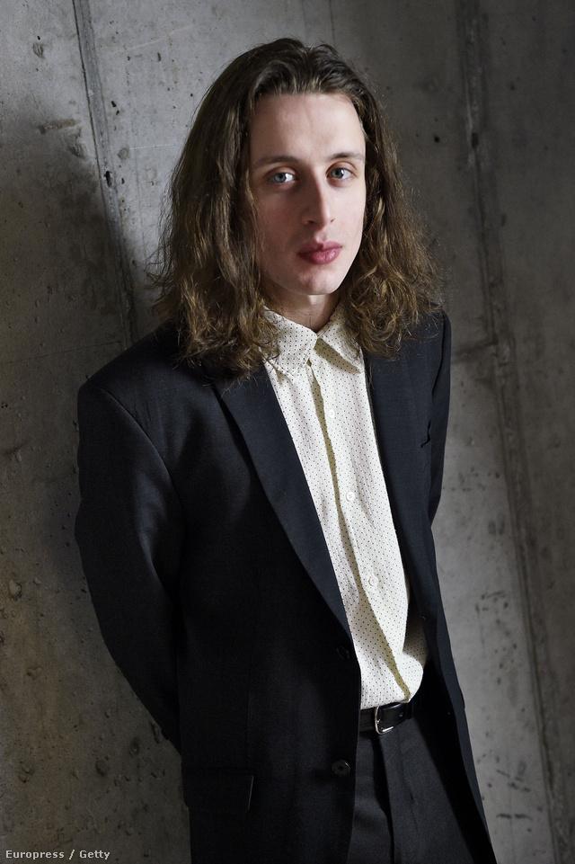 Na, kinek a testvére lehet ez az úr? A Tribeca filmfesztiválon készült róla ez a fotó. A következő kép már a megfejtést tartalmazza!