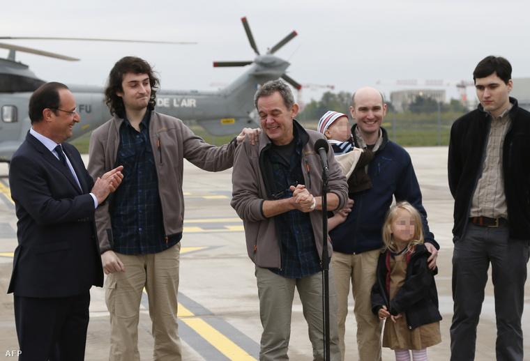 Francois Hollande francia elnök és a kiszabadított újságírók (balról jobbra): Edouard Elias, Didier Francois, Nicolas Henin és Pierre Torres