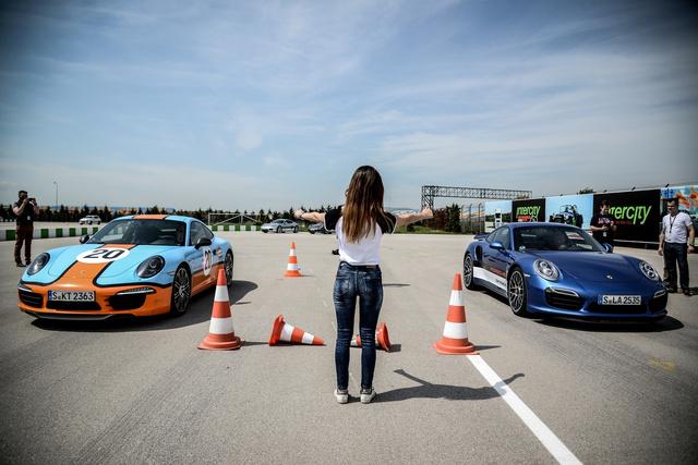 A kék autónak néhány méteren belül akkorát ver az amúgy szintén négyszáz lóerős Carrera 4S-re, hogy megáll az ész