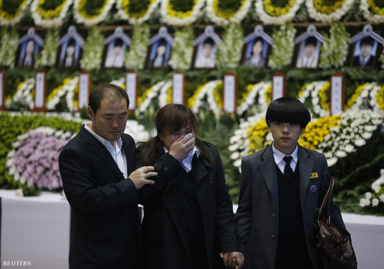 A kompbaleset áldozataira emlékeznek Anszanban, 2014. április 23-án. A kompon utazó diákok többsége az Anszan városi Tanvon középiskolai diákja volt.
