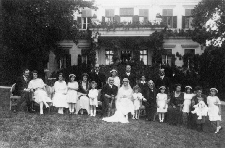 Chorin Ferenc és Weiss Daisy esküvője az Andrássy út 114-116. kertjében.
