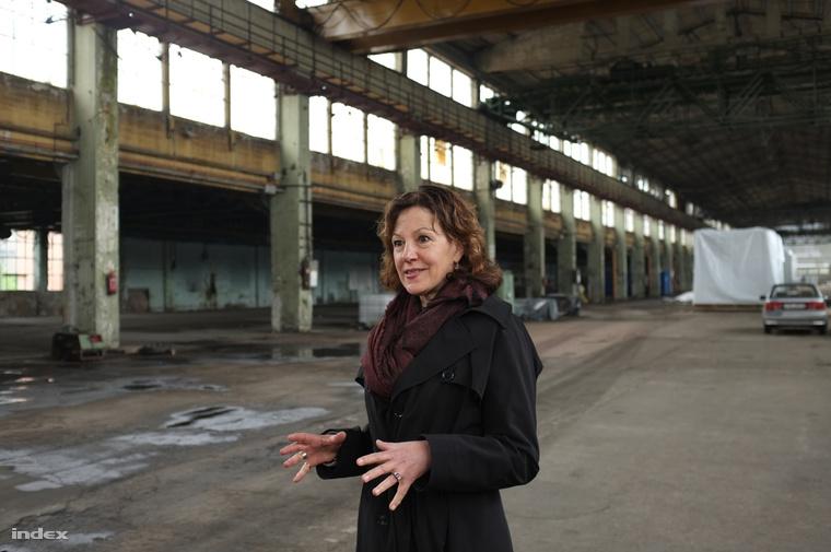 Szegedy-Maszák Marianne, a könyv szerzője Csepelen, a dédapja által alapított gyárban