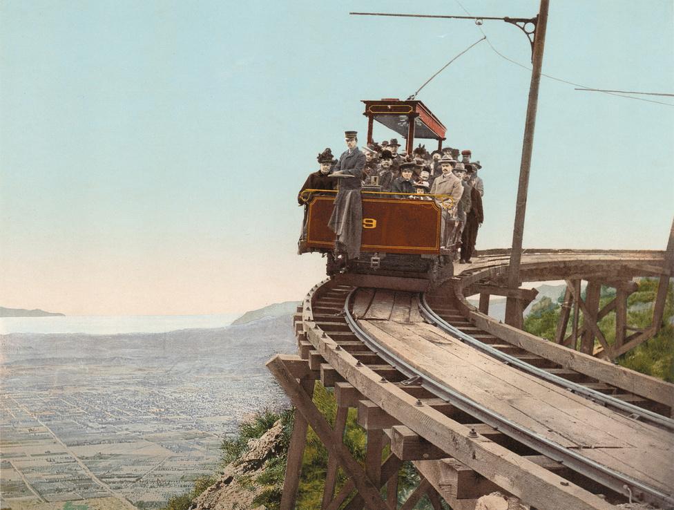 """""""Vasút a felhők között""""  - a Lowe-hegyi kirándulóvonat Kalifornia déli részén."""