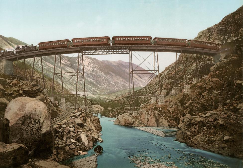 A híres Georgetown Loop vasút hídja a Clear Creek kanyon felett - A környék első turistalátványossága volt a század elején, de ma is hasonló látványt nyújt.