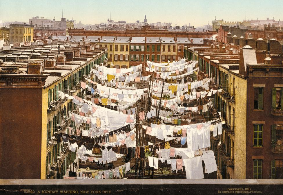 Száradó ruhák egy New York-i utca felett