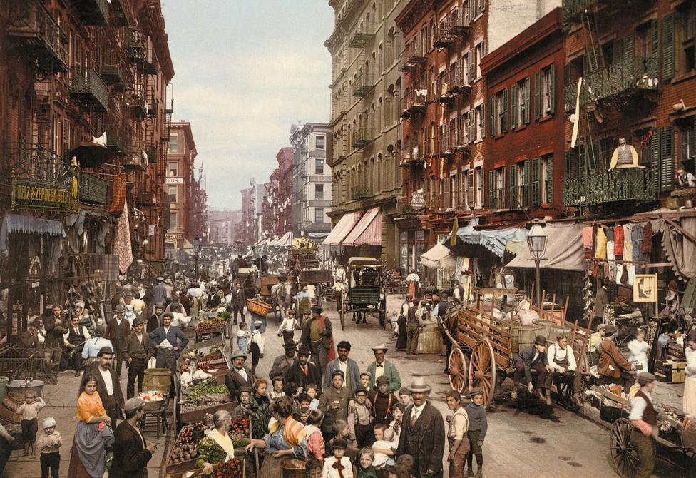 Leállt az élet a New York-i Mulberry utcában: mindenki a létrán egyensúlyozó fotográfust figyeli.