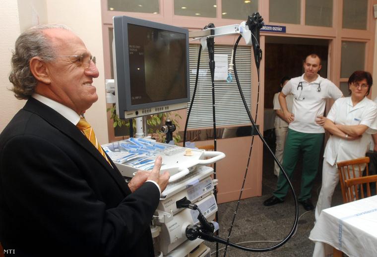 Balogh István a Gyermekrák Alapítvány elnöke átadja az alapítvány endoszkóp berendezését a Szent János Kórház Gyermeksebészeti és Traumatológiai Osztályának 2007. február 8-án.