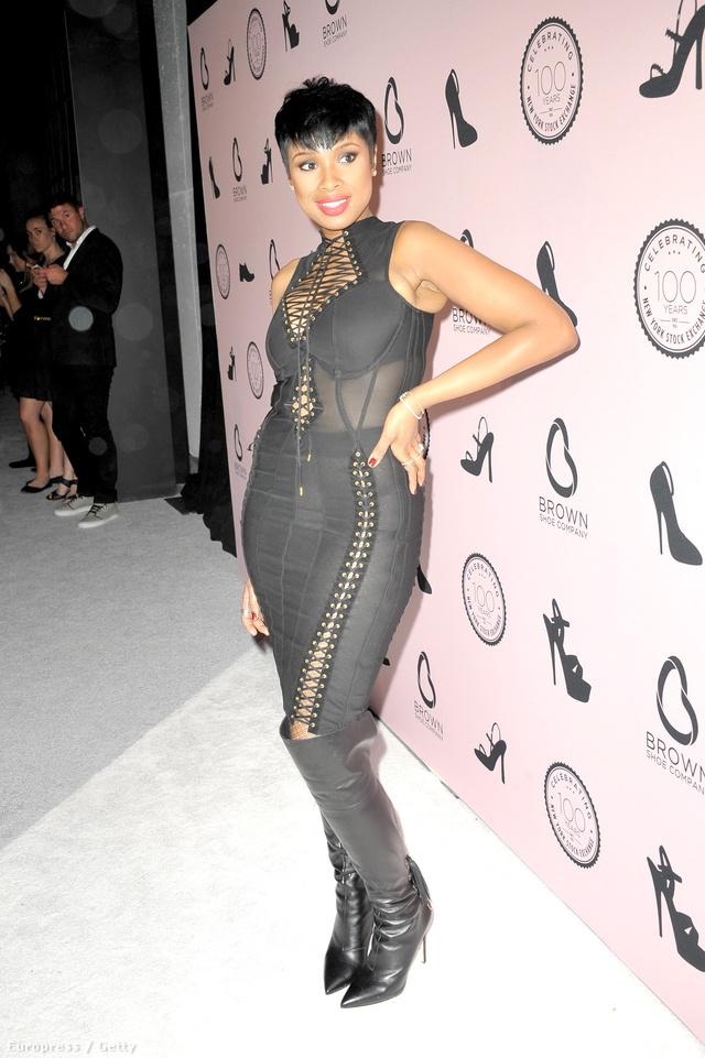 Jennifer Hudson április 23-án ebben a ruhában ünnepelte, hogy száz éves a New York-i tőzsde. Az eseményt New Yorkban tartották, ha valakinek kétségei lennének.