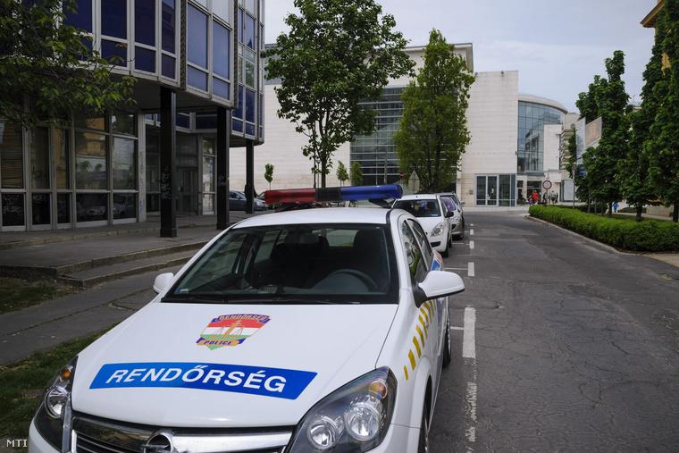 Rendőrautó a Modern és Kortárs Művészeti Központ (Modem) épülete Debrecenben