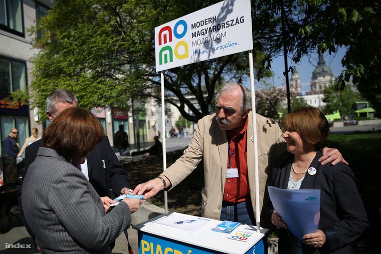 Április 8-án még mosolyogva gyűjtötték az aláírásokat