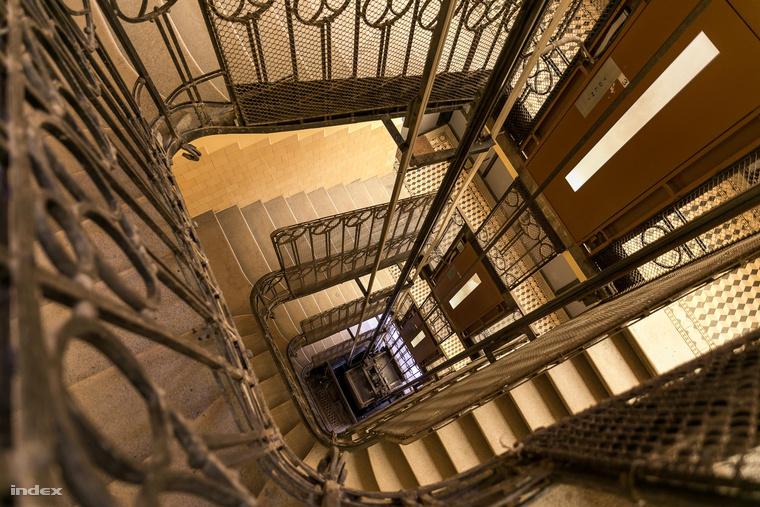 Egy 100 éves belvárosi társasház lépcsőháza az idei Budapest100-ról
