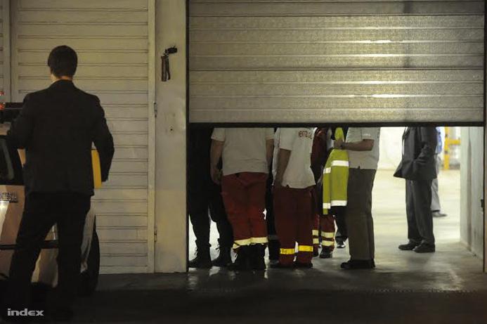 Mentők és rendőrök a központ előtt, ahová Welsz Tamást szállították, miután rosszul lett a rendőrautóban