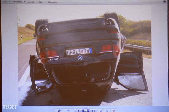 Rezešová fejtetőre állt BMW-je.