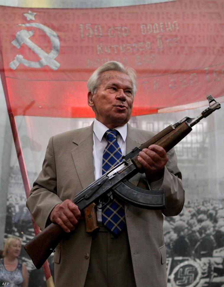 Mihail Kalasnyikov az AK-47 gépkarabély elsőszériás példányával pózol a sajtó munkatársainak moszkvában