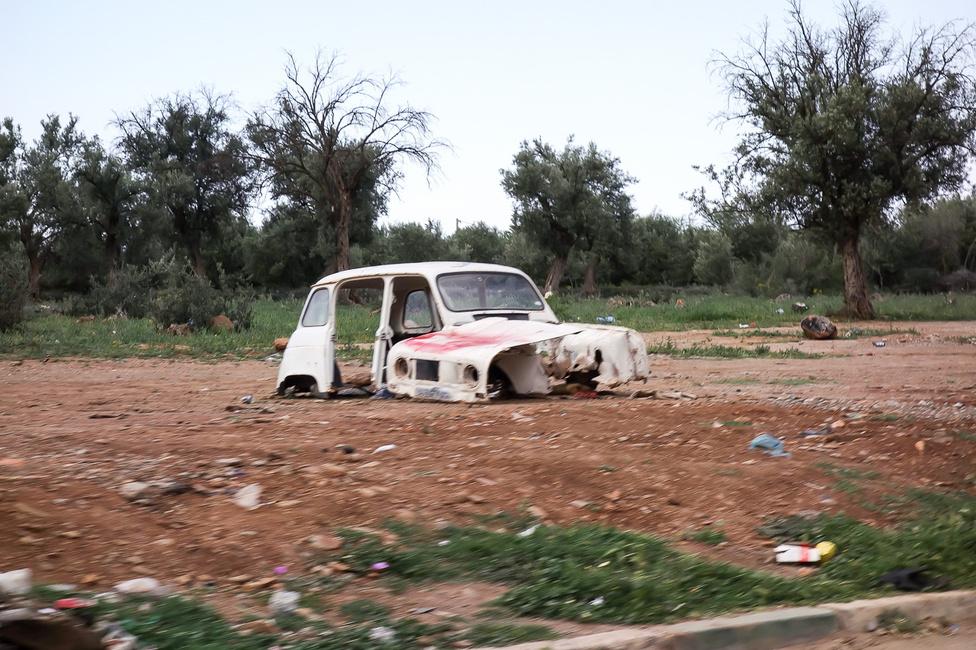 Művészien rohadó, széthordott Renault R4-es roncs a határban