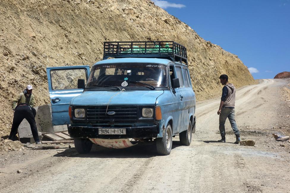 Annyira nincs forgalom a hegyekben, hogy az áfolyó javításához kivezényelt csapatszállító Transitot odaparkolták középre. Amikor jöttünk, el kellett állni vele, hogy elférjünk, arra a rövid időre kioldották a kéziféket. Igen, jól látják, igazi marokkói kézifék az, a kő ott, félrerúgva, jobbra