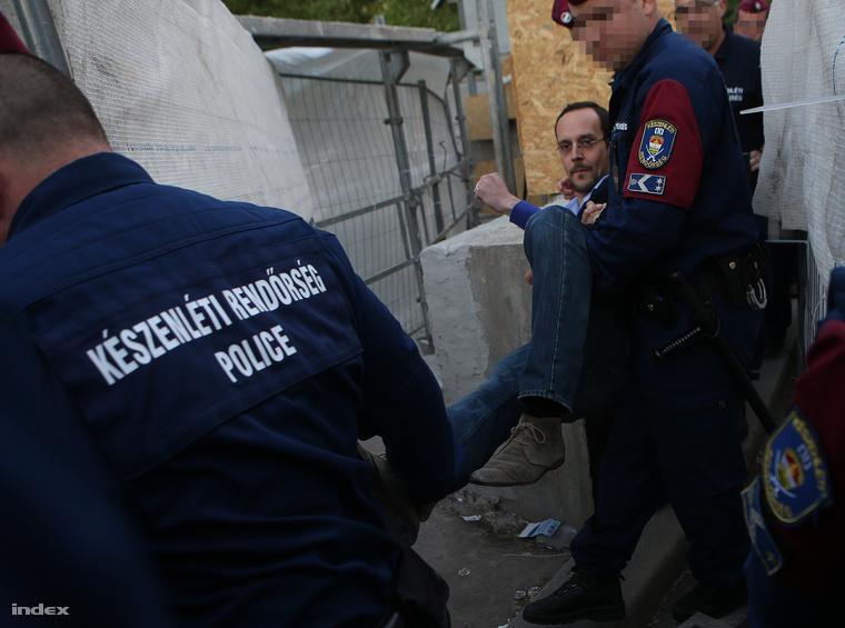 Göncz Árpád unokája bemászott a kordon mögé, őt is elvitték a rendőrök