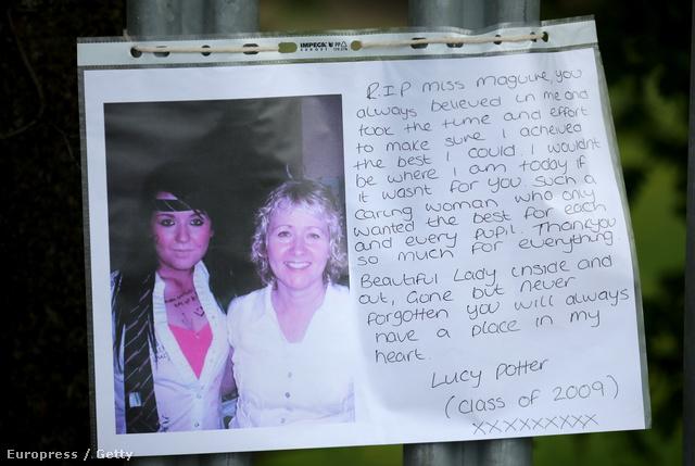 Egy gyászoló üzenet rajta a tanárnő képével.