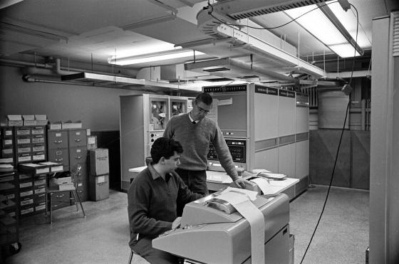Kurtz és egy tanítványa a Darthmouth egyik számítógépes termében. A háttérben a DTSS rendszer