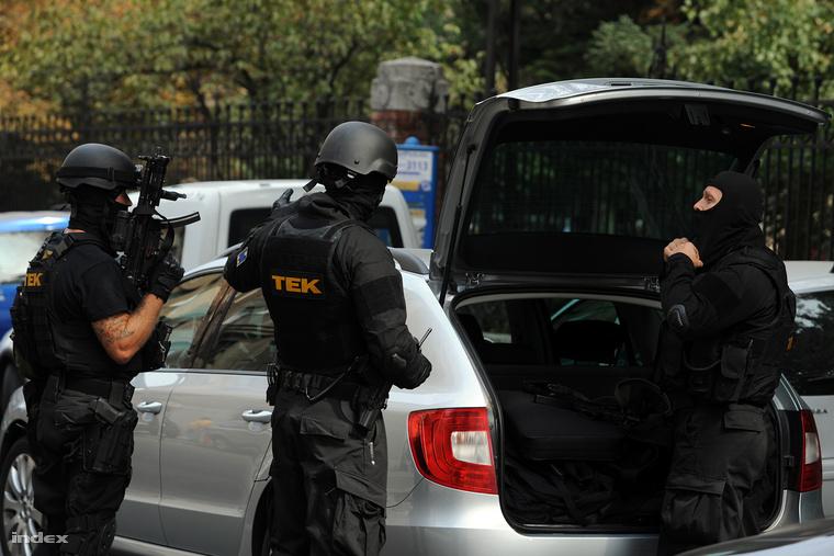 A TEK emberei pakolnak egy autóba a BME épülete előtt, ahová egy játékpisztoly miatt szálltak ki még 2012-ben