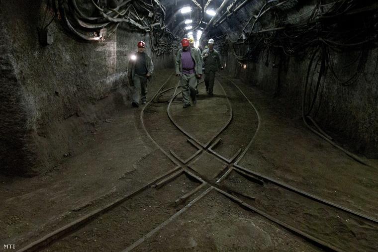Műszakba induló bányászok a fővágatban a Vértesi Erőmű Zrt. Márkushegyi Bányaüzemében.