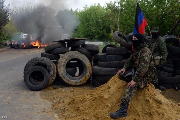 Ellenőrző pont Szlovjanszknál felfegyverzett oroszbaráttal